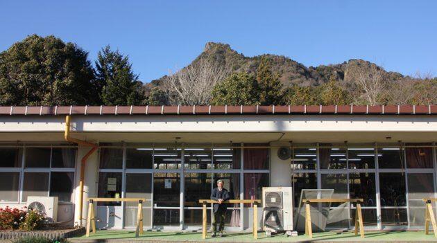"""平群クラブハウス外観。背後に""""房総のマッターホルン""""と異名を誇る「伊予ガ岳」を望む"""
