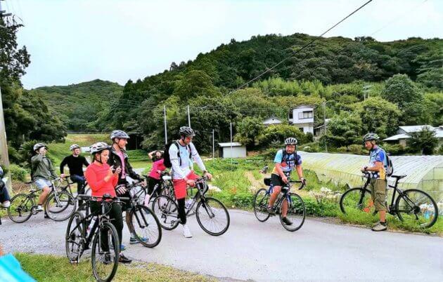 外国人旅行客とともに南房総を走る瀬戸川さん